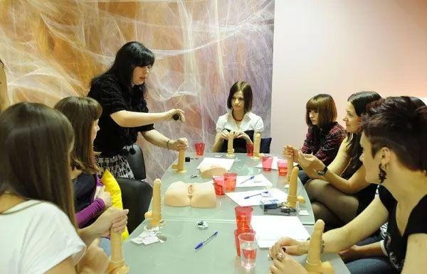 【エロ画像】セックス教室で真剣に学ぶ女性たちをご覧くださいwwwwwwwwwww・29枚目