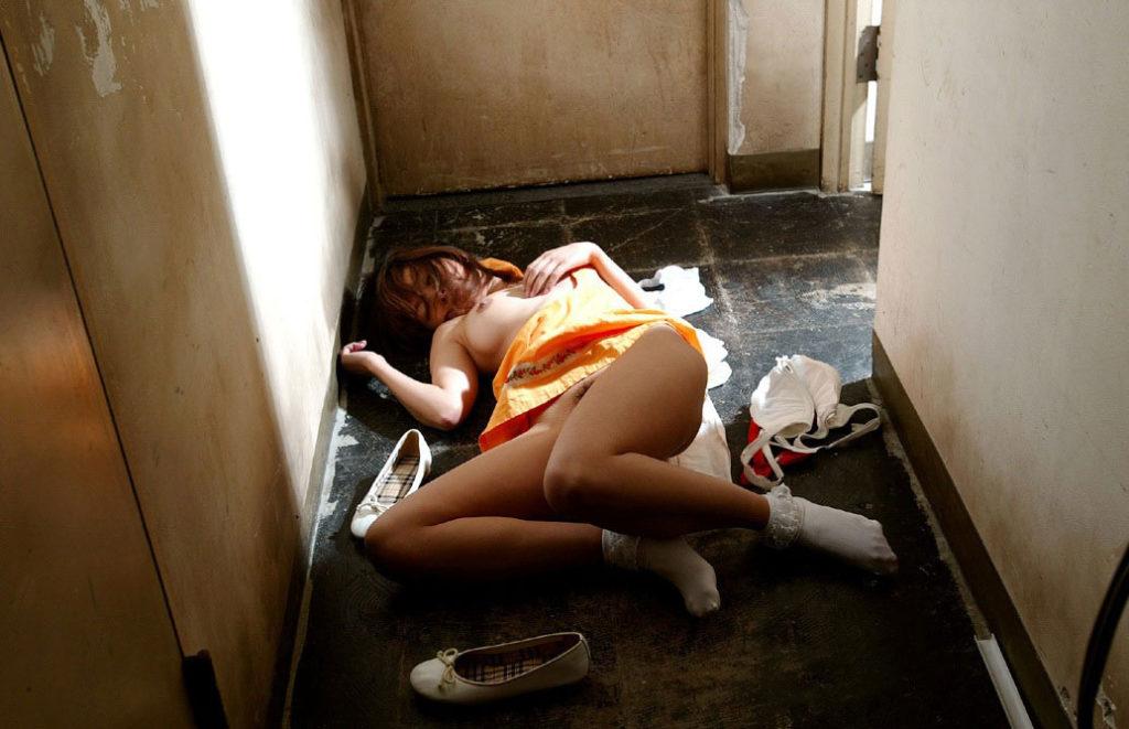 【※ガチ注意】レイプ後の女性を撮影した画像。コレ直視できる奴おるんか??・13枚目