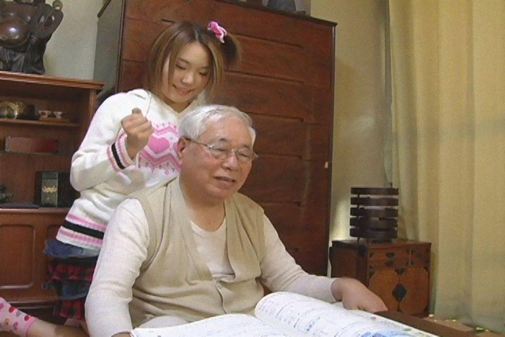 【エロ画像29枚】おじいちゃん、愛する孫にじっくり一生のトラウマを与える瞬間。・1枚目