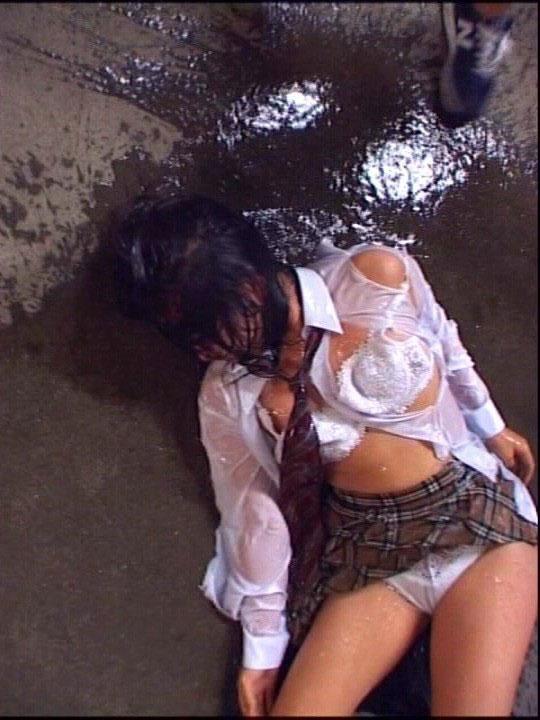 【※ガチ注意】レイプ後の女性を撮影した画像。コレ直視できる奴おるんか??・4枚目