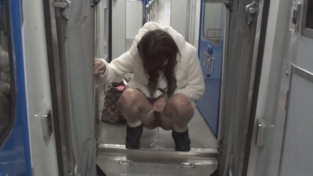 電車の中でおしっこするAVがヤバ過ぎる・・・確実に逮捕事案で胸糞。。。(画像あり)・5枚目