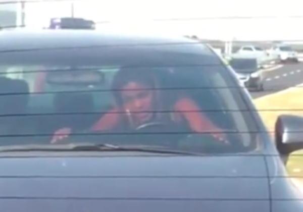 【※悲報】渋滞の高速道路で車内セ●クスしてる姿を発見されるwwwwwwwwwwww(画像あり)