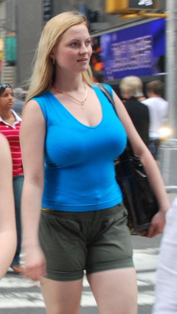 これ街中で撮った暴力的なおっぱいの女、売春婦にしか見えんwwwwwww(※画像あり※)・13枚目