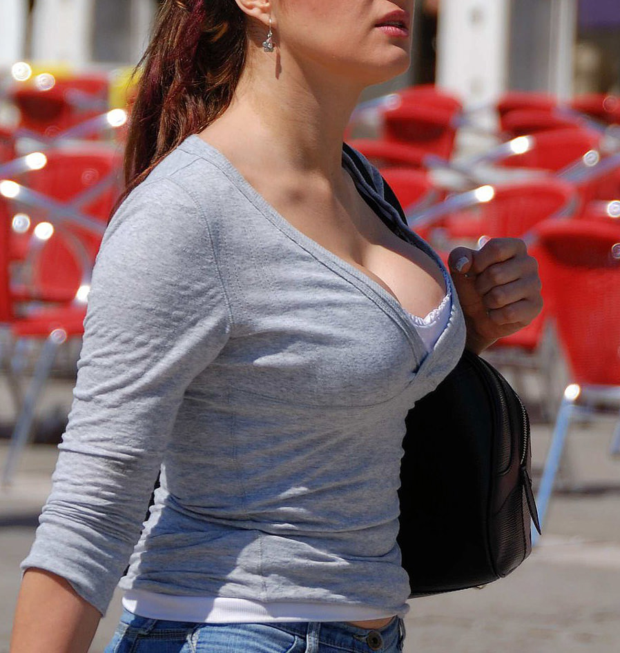 これ街中で撮った暴力的なおっぱいの女、売春婦にしか見えんwwwwwww(※画像あり※)・15枚目