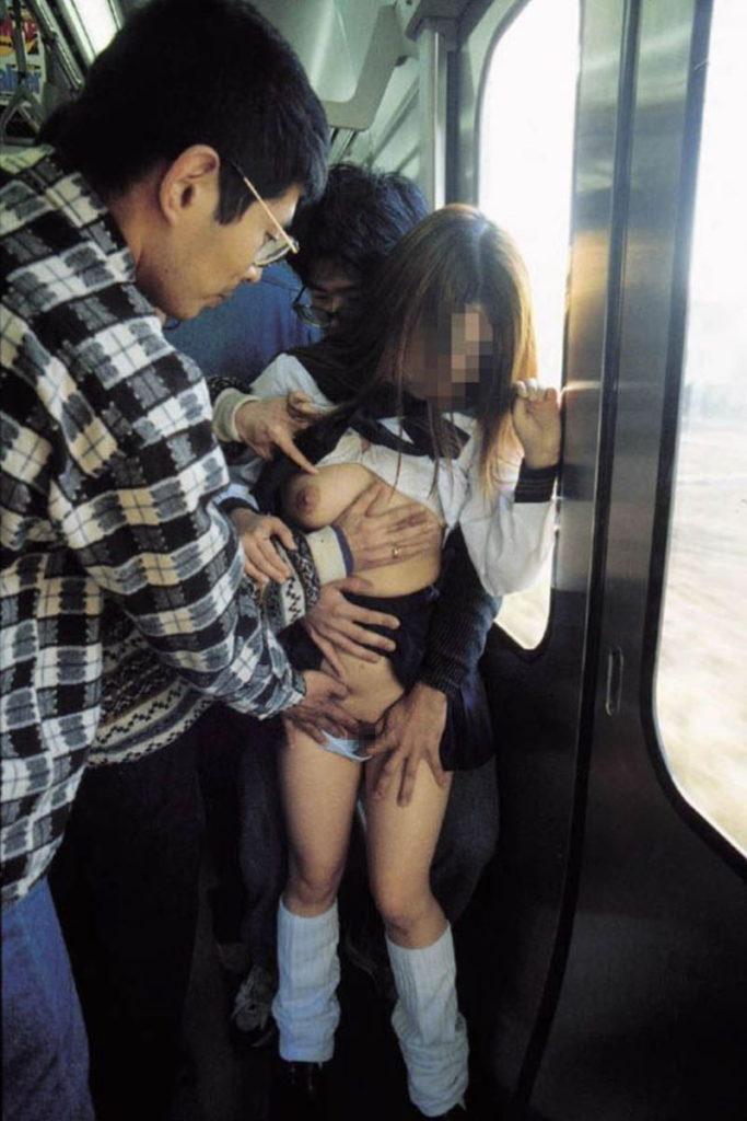 【激撮】痴漢魔が女の子の下着に手をかけた瞬間を激写した画像集。(26枚)・11枚目