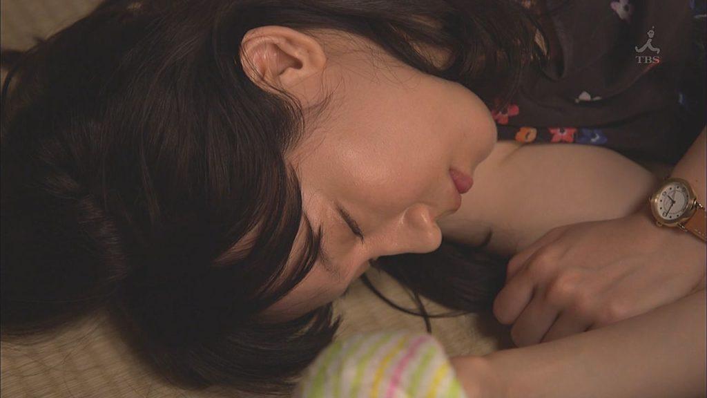【※放送事故】アイドルの無防備すぎる寝起きチェック、パンチラありで録画不可避www・2枚目