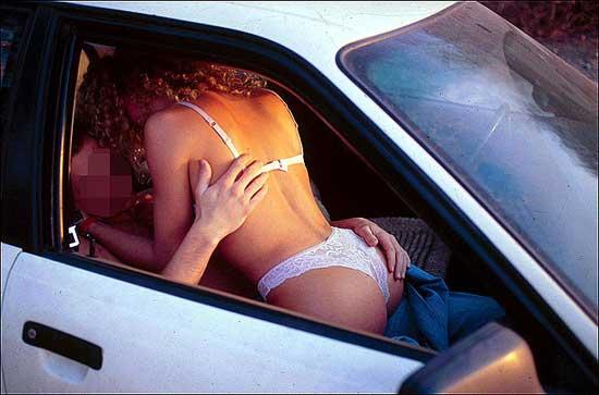 【※悲報】渋滞の高速道路で車内セ●クスしてる姿を発見されるwwwwwwwwwwww(画像あり)・2枚目