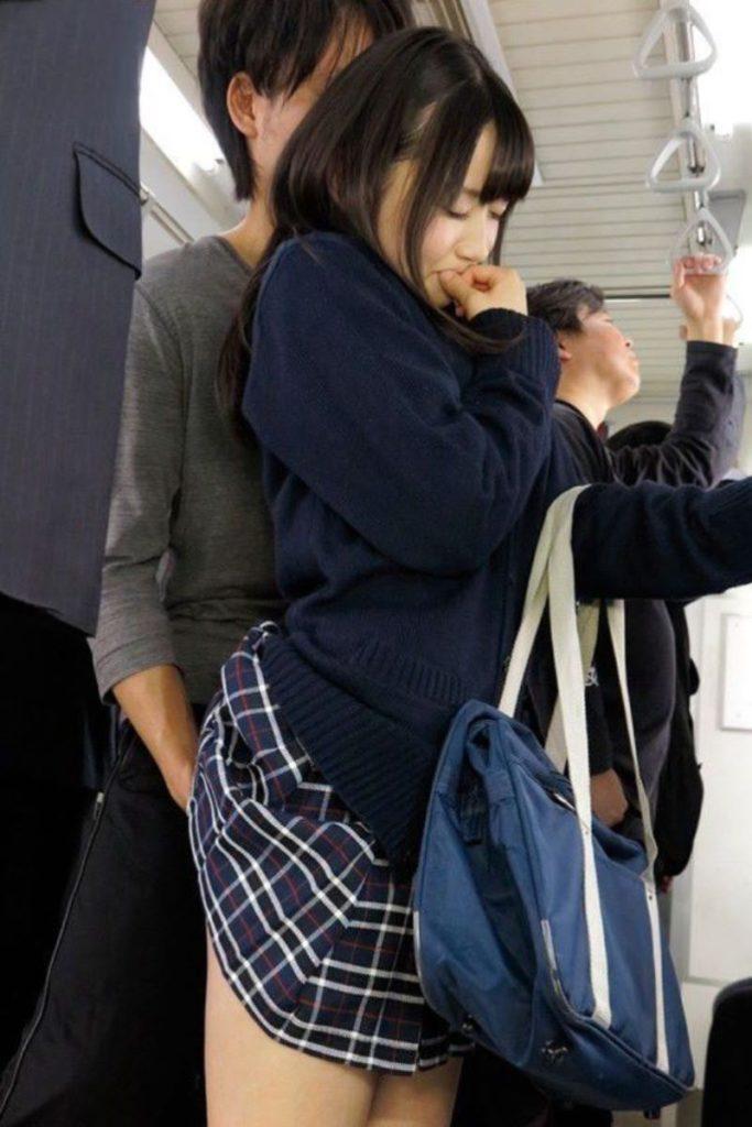 【激撮】痴漢魔が女の子の下着に手をかけた瞬間を激写した画像集。(26枚)・17枚目