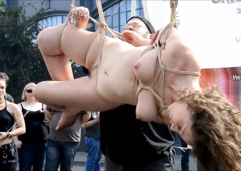 【SM】こういう街中で公開処刑する海外の異文化、わりとスキwwwwwwwwwwwwww(※画像あり)・6枚目