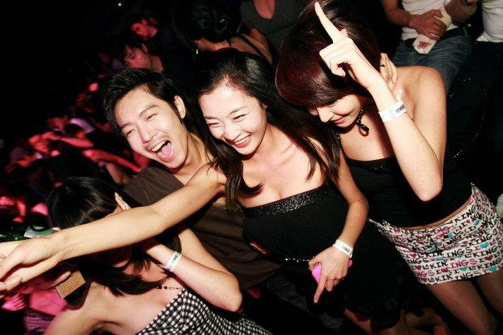 【エロギャル】割と簡単にお持ち帰りができる韓国クラブが最高だった件・・・(※画像あり)・10枚目