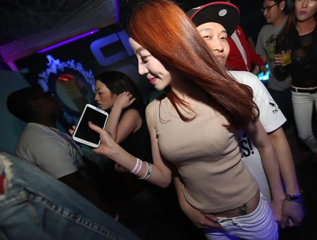【エロギャル】割と簡単にお持ち帰りができる韓国クラブが最高だった件・・・(※画像あり)・22枚目