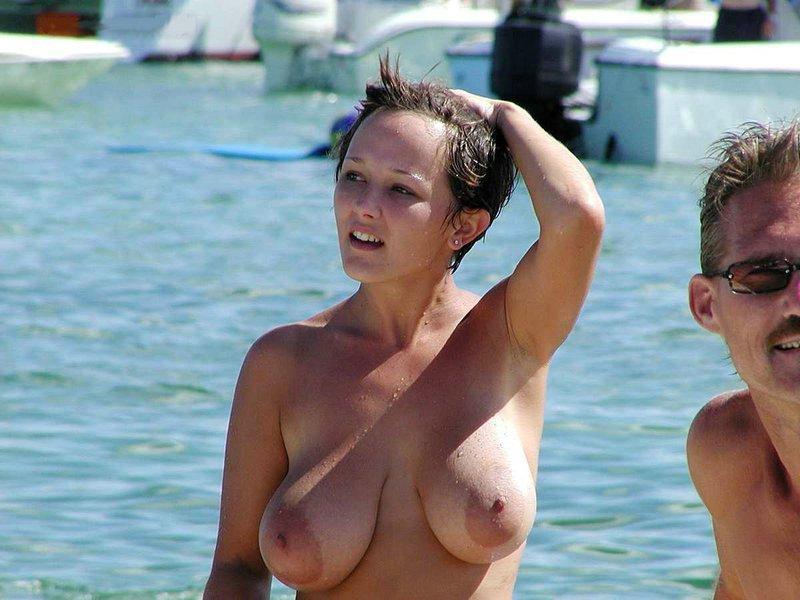 【※勃起不可避※】ビーチで巨乳アピールしてる女子のエロさが半端ない・・・・・(画像33枚)・27枚目