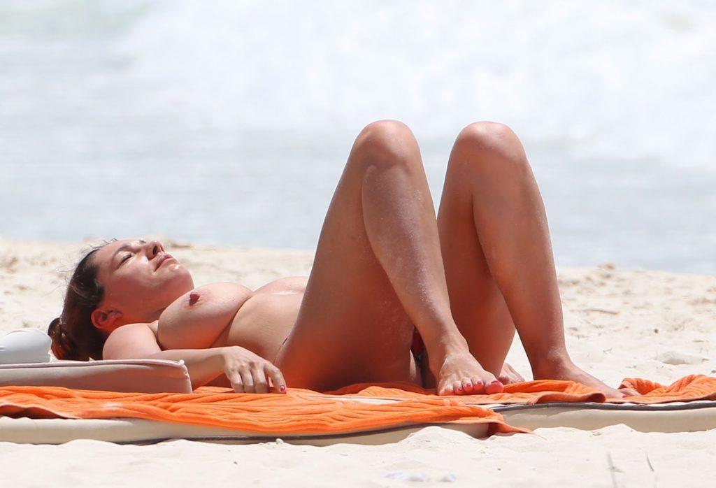 【※勃起不可避※】ビーチで巨乳アピールしてる女子のエロさが半端ない・・・・・(画像33枚)・28枚目