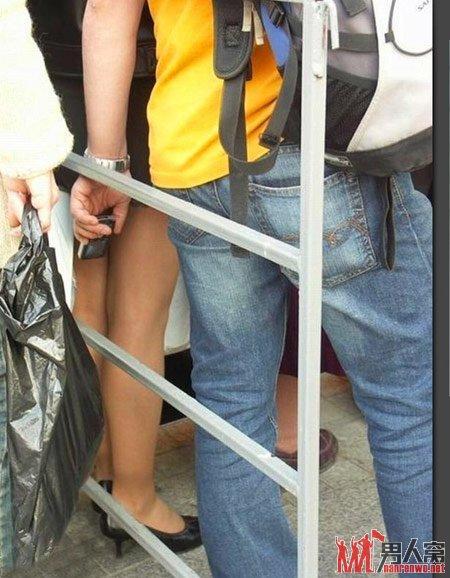 女子●生のスカートの中を盗撮しようとしてる変態男・・・バレバレだろこれwwwwwwwww(画像あり)・5枚目