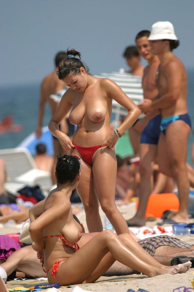 【※勃起不可避※】ビーチで巨乳アピールしてる女子のエロさが半端ない・・・・・(画像33枚)・6枚目