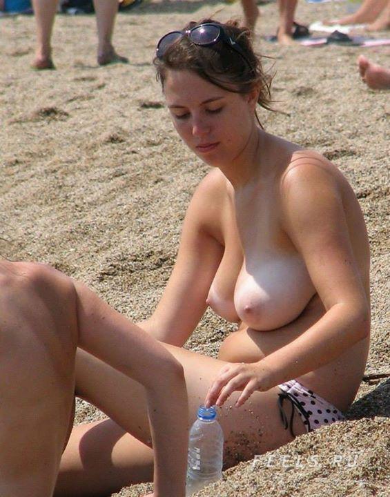 【※勃起不可避※】ビーチで巨乳アピールしてる女子のエロさが半端ない・・・・・(画像33枚)・7枚目