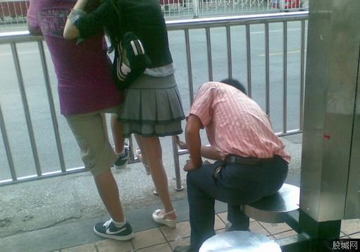 女子●生のスカートの中を盗撮しようとしてる変態男・・・バレバレだろこれwwwwwwwww(画像あり)・7枚目