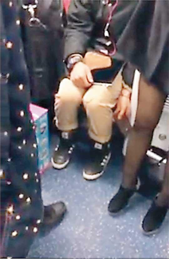 女子●生のスカートの中を盗撮しようとしてる変態男・・・バレバレだろこれwwwwwwwww(画像あり)・8枚目