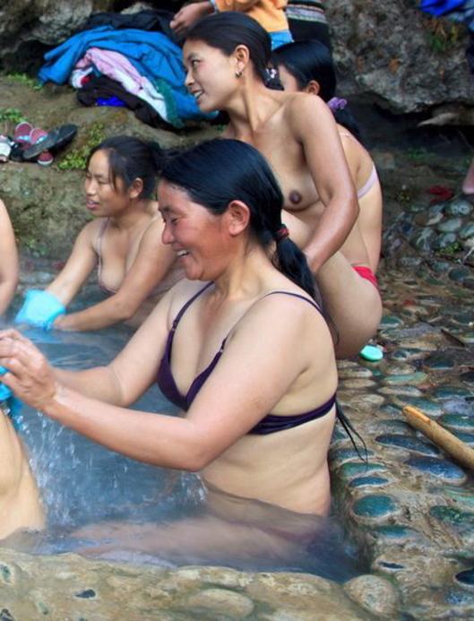 【※悲報】ガードが甘すぎる海外の野外風呂、やっぱり一味違うwwwwwwwwwwwwwwwww(画像あり)・2枚目