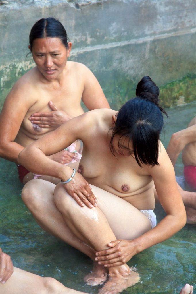 【※悲報】ガードが甘すぎる海外の野外風呂、やっぱり一味違うwwwwwwwwwwwwwwwww(画像あり)・3枚目