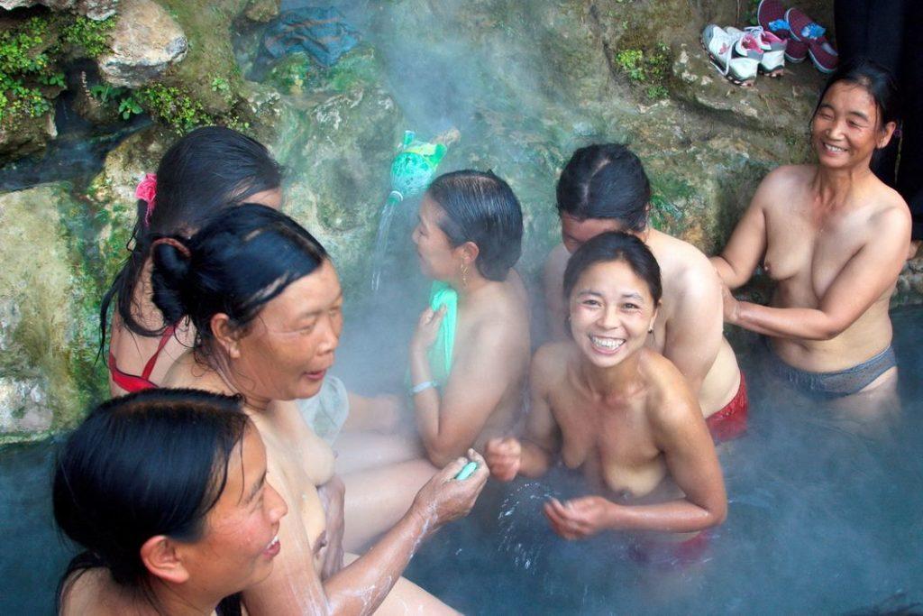 【※悲報】ガードが甘すぎる海外の野外風呂、やっぱり一味違うwwwwwwwwwwwwwwwww(画像あり)・7枚目
