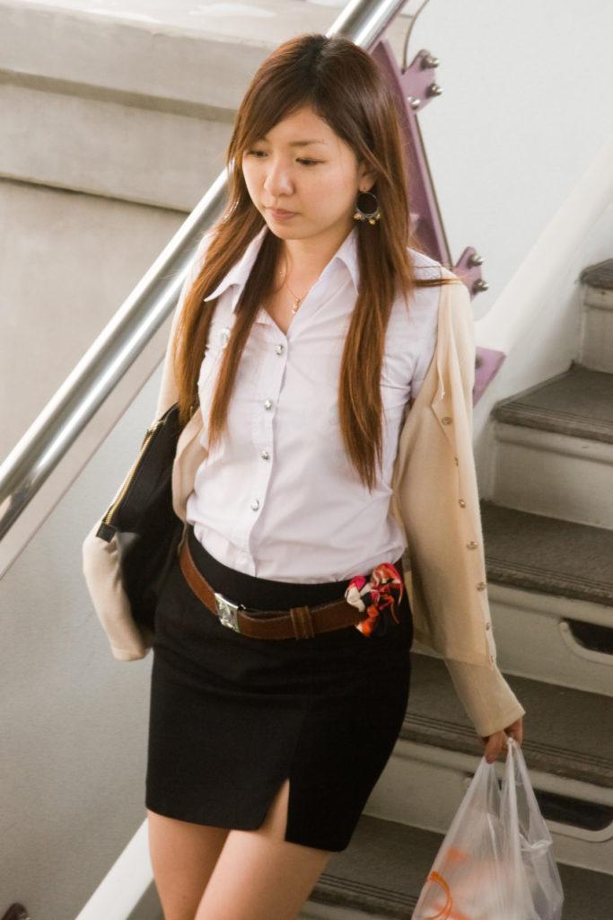 【画像あり】タイの女子大生の制服、パンツくらい見えても平気です(`・д・´)キリッ・1枚目