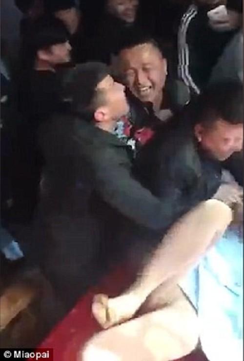 中国の結婚式で新婦に性的暴行する異文化、スゴすぎクソワロタwwwwwwwwwww(※画像あり※)・1枚目