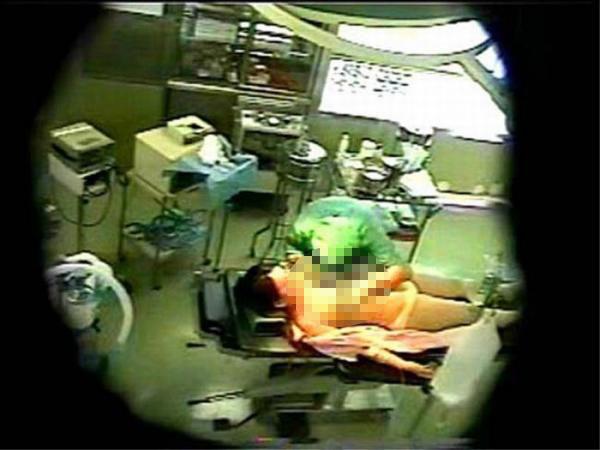 【※速報※】医者がおっぱいを舐めまわす事案発生wwwwwwwwwww(画像あり)・2枚目