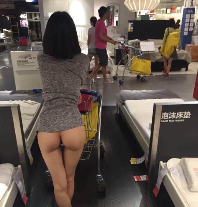IKEAやマック・・有名店で堂々と露出するキチガイ女たち(画像25枚)・1枚目