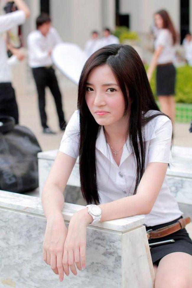 【画像あり】タイの女子大生の制服、パンツくらい見えても平気です(`・д・´)キリッ・10枚目