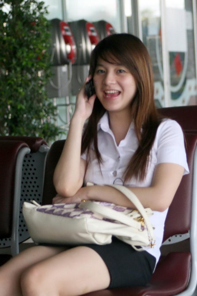 【画像あり】タイの女子大生の制服、パンツくらい見えても平気です(`・д・´)キリッ・11枚目