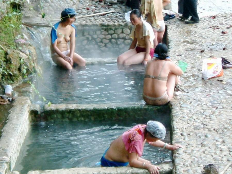 【※悲報】ガードが甘すぎる海外の野外風呂、やっぱり一味違うwwwwwwwwwwwwwwwww(画像あり)・13枚目