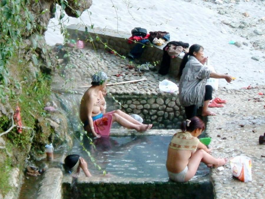 【※悲報】ガードが甘すぎる海外の野外風呂、やっぱり一味違うwwwwwwwwwwwwwwwww(画像あり)・14枚目