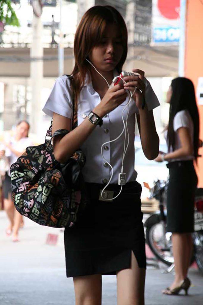 【画像あり】タイの女子大生の制服、パンツくらい見えても平気です(`・д・´)キリッ・15枚目