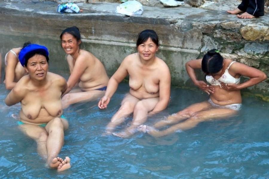 【※悲報】ガードが甘すぎる海外の野外風呂、やっぱり一味違うwwwwwwwwwwwwwwwww(画像あり)・15枚目