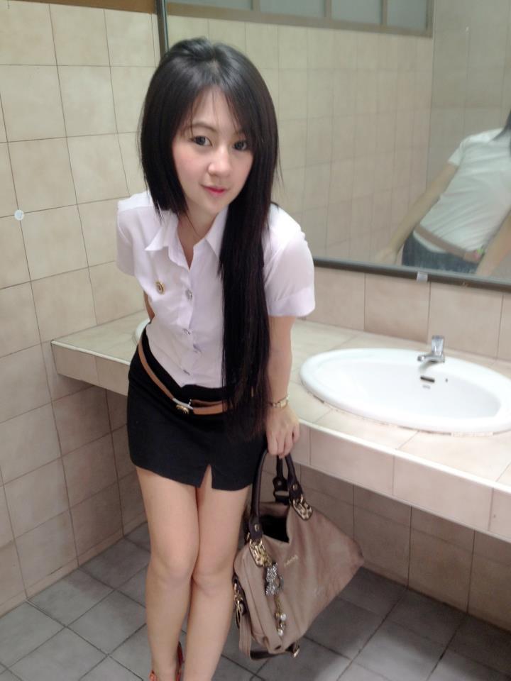 【画像あり】タイの女子大生の制服、パンツくらい見えても平気です(`・д・´)キリッ・16枚目