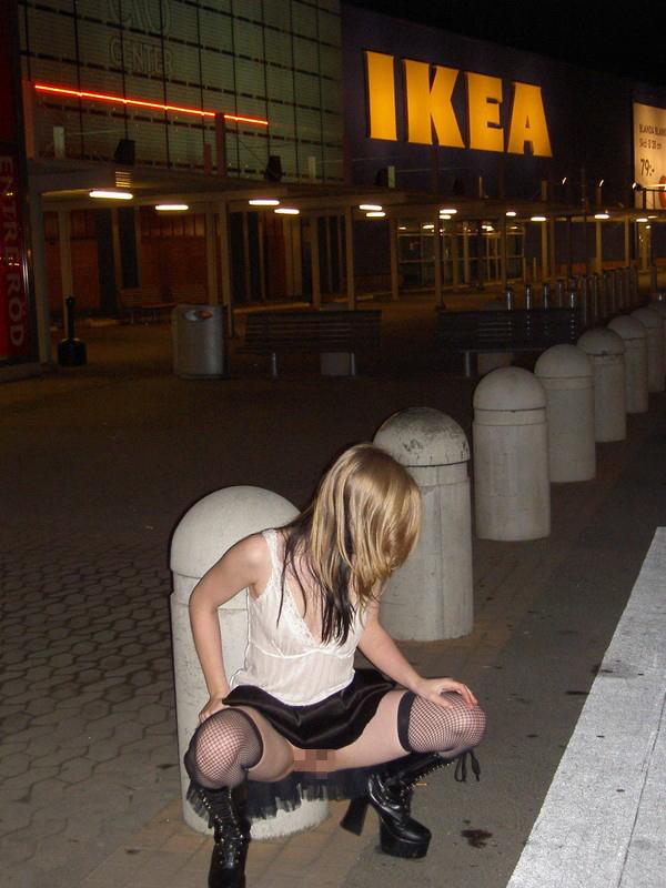 IKEAやマック・・有名店で堂々と露出するキチガイ女たち(画像25枚)・16枚目
