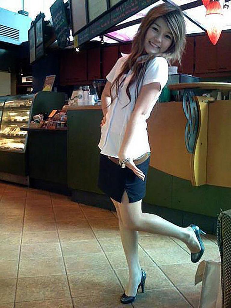 【画像あり】タイの女子大生の制服、パンツくらい見えても平気です(`・д・´)キリッ・20枚目