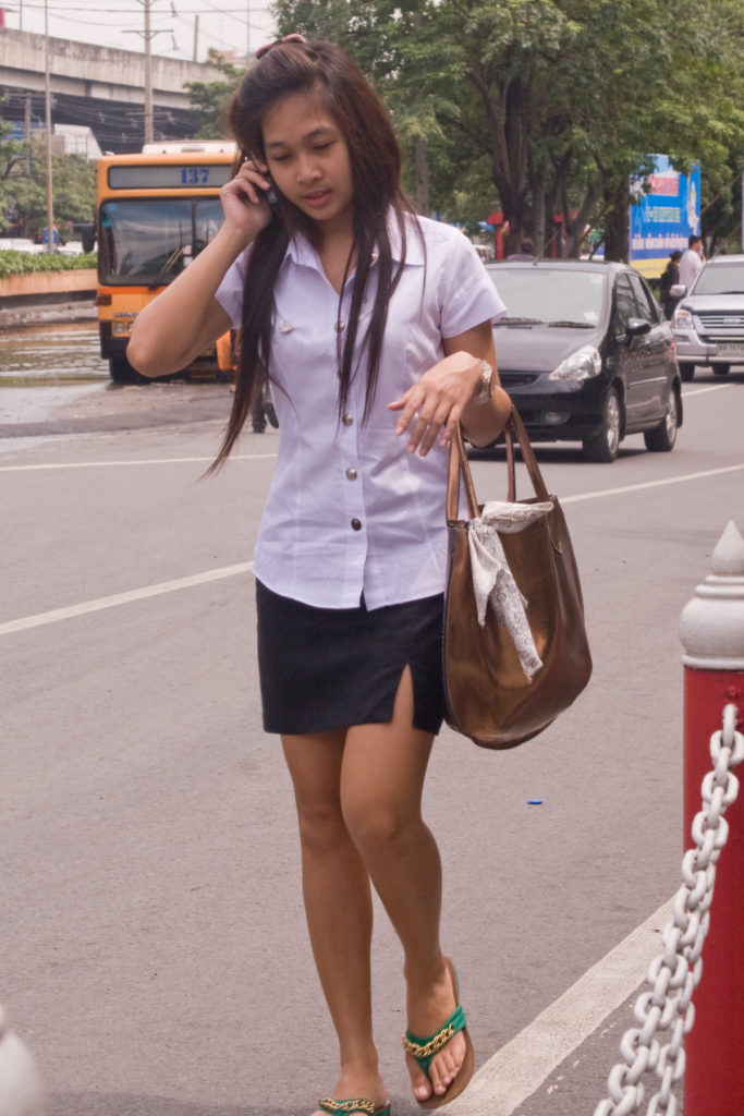 【画像あり】タイの女子大生の制服、パンツくらい見えても平気です(`・д・´)キリッ・23枚目