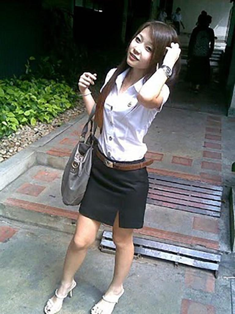 【画像あり】タイの女子大生の制服、パンツくらい見えても平気です(`・д・´)キリッ・25枚目