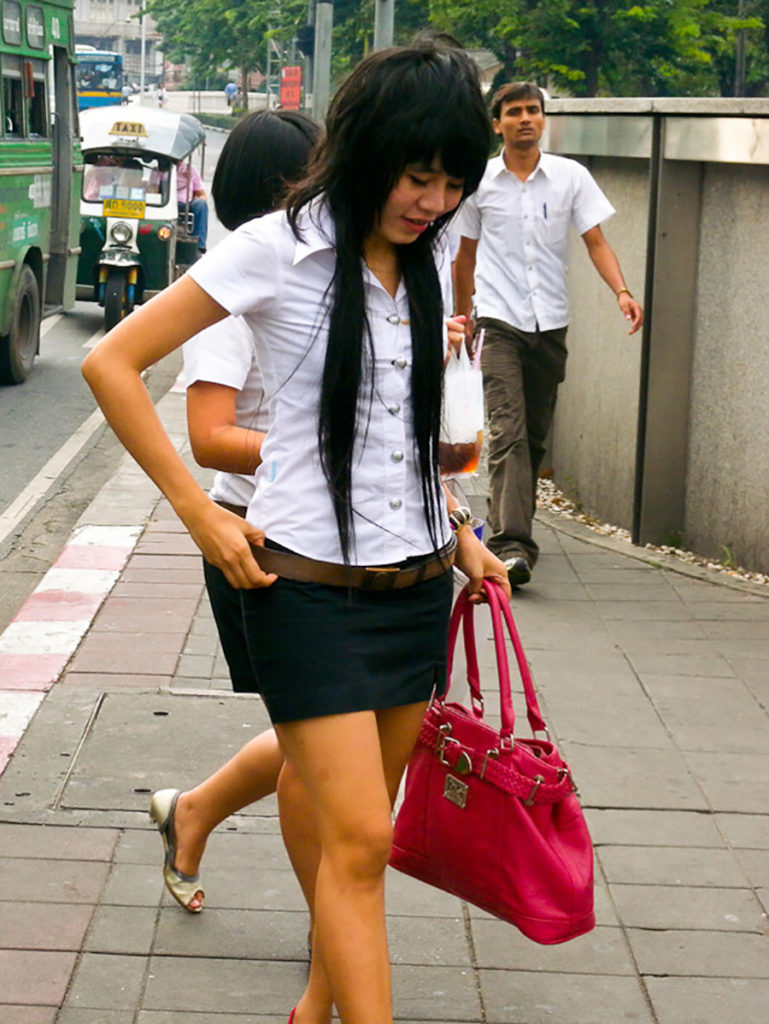 【画像あり】タイの女子大生の制服、パンツくらい見えても平気です(`・д・´)キリッ・26枚目