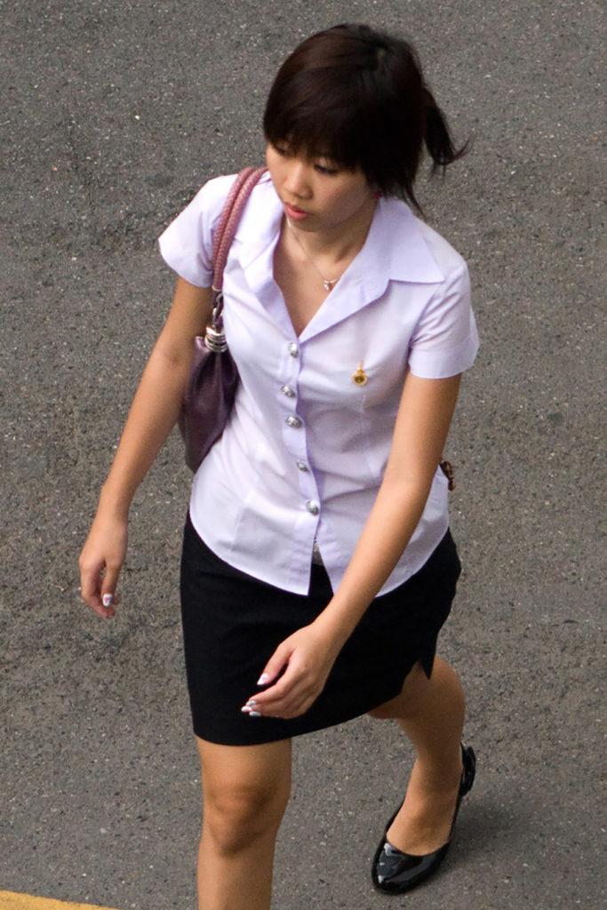 【画像あり】タイの女子大生の制服、パンツくらい見えても平気です(`・д・´)キリッ・28枚目