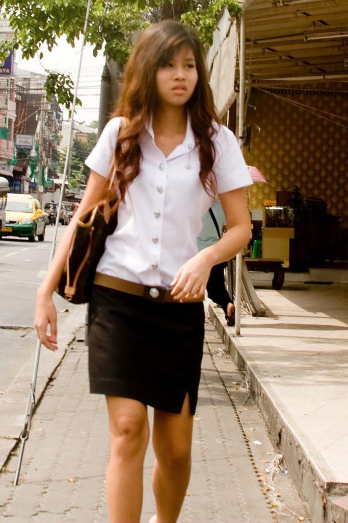 【画像あり】タイの女子大生の制服、パンツくらい見えても平気です(`・д・´)キリッ・29枚目
