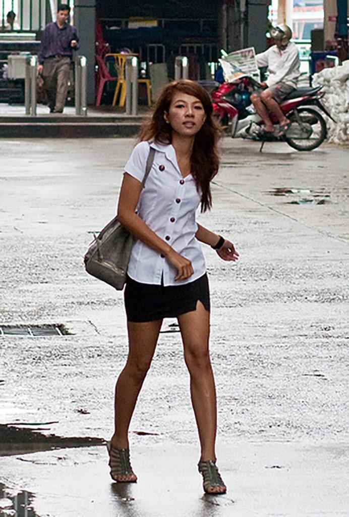【画像あり】タイの女子大生の制服、パンツくらい見えても平気です(`・д・´)キリッ・30枚目