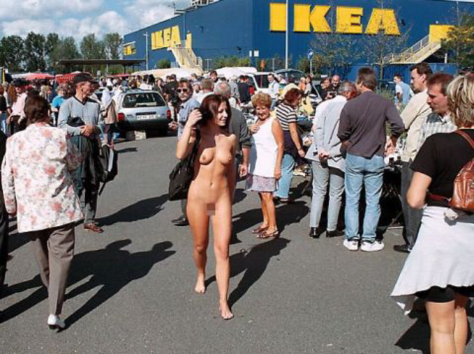 IKEAやマック・・有名店で堂々と露出するキチガイ女たち(画像25枚)・6枚目