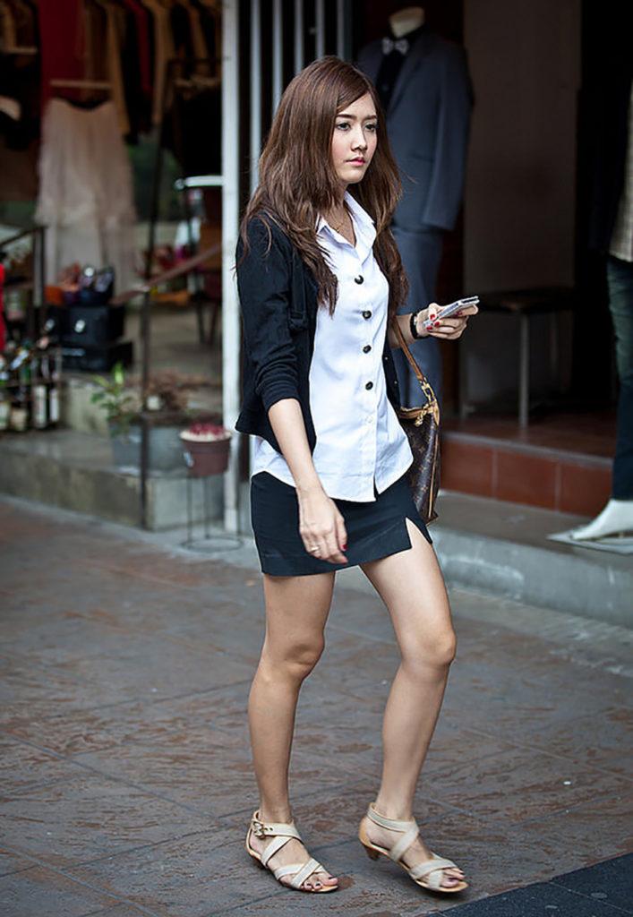 【画像あり】タイの女子大生の制服、パンツくらい見えても平気です(`・д・´)キリッ・7枚目