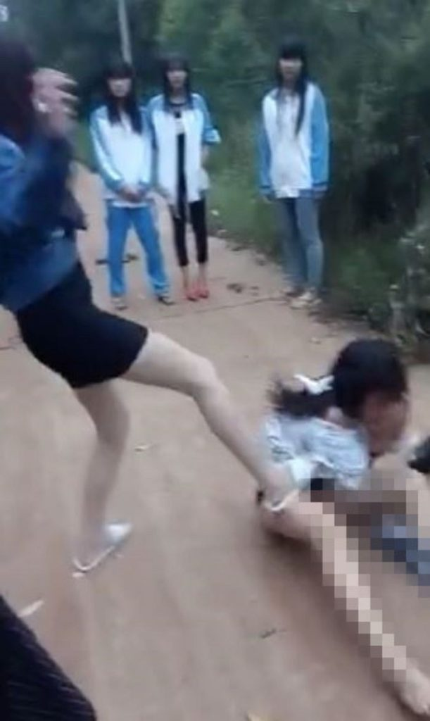 【※悲報※】中国の性的虐め写真がネットで拡散される・・・・・(画像あり)・2枚目