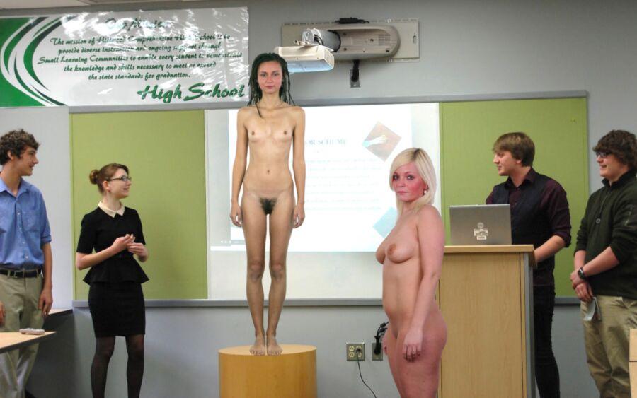 【※朗報】海外の学校で裸で授業を受けるが様子こちらwwwwwwwwwwwww(画像あり)・1枚目
