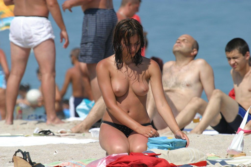 【勃起不可避】ヌーディストビーチにいた美少女がエロすぎるんだがwwwwwwwwwww(画像31枚)・19枚目