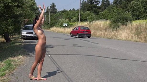 裸のヒッチハイカーに遭遇したんだが・・・おまいらどうする???・2枚目